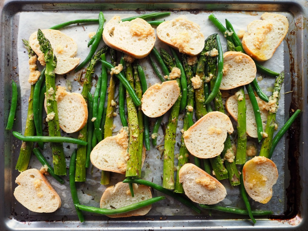 Arrange the Asparagus, Beans and Baguette on the tray.